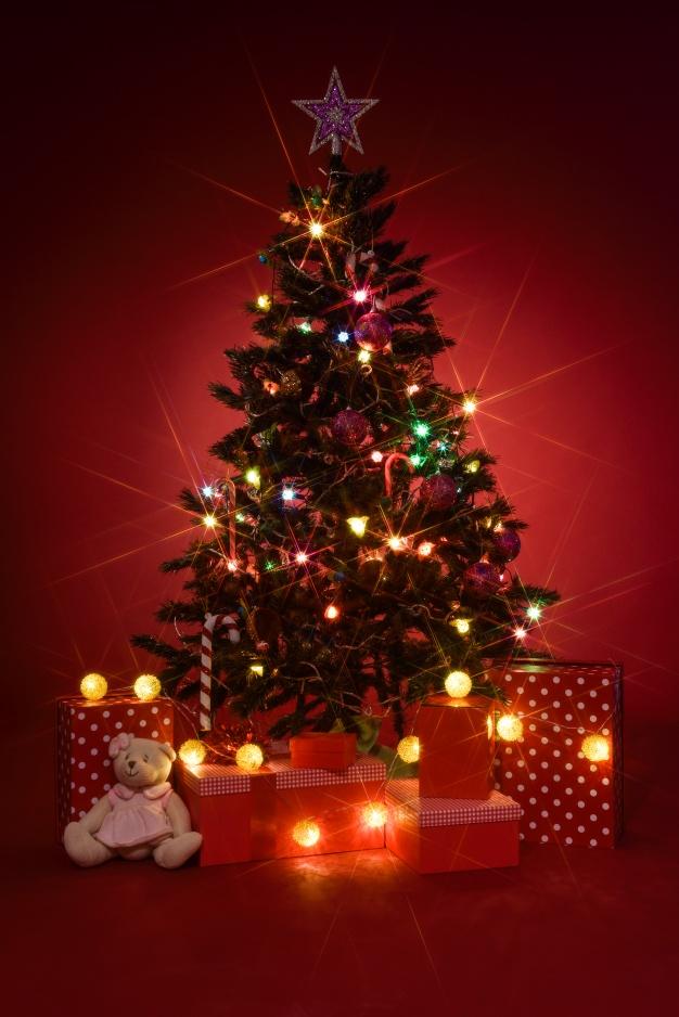 Albero Di Natale Con Regali.Albero Di Natale Con Regali Su Sfondo Rosso 23 2147576813 Noi Siamo Futuro